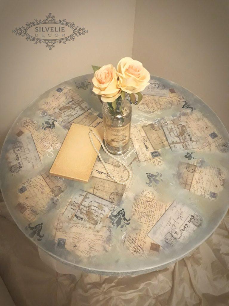 kisasztal vintage stílusban vázával rózsával